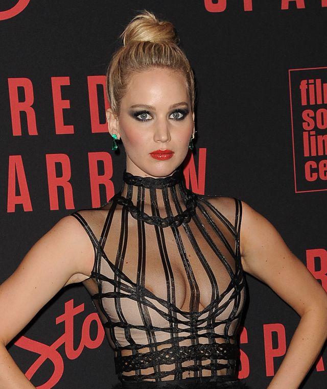 Odsłonięty SUTEK Jennifer Lawrence na premierze Red Sparrow (ZDJĘCIA)