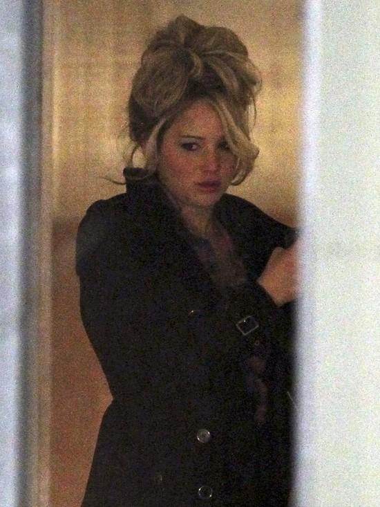 Jennifer Lawrence wygląda jak seksbomba z lat 70. (FOTO)