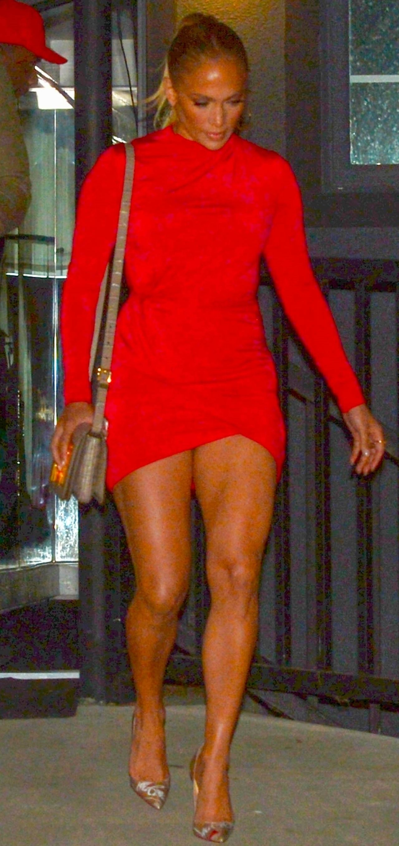Jeszcze 2 centrymetry i Jennifer Lopez pokazałaby majtki (ZDJĘCIA)