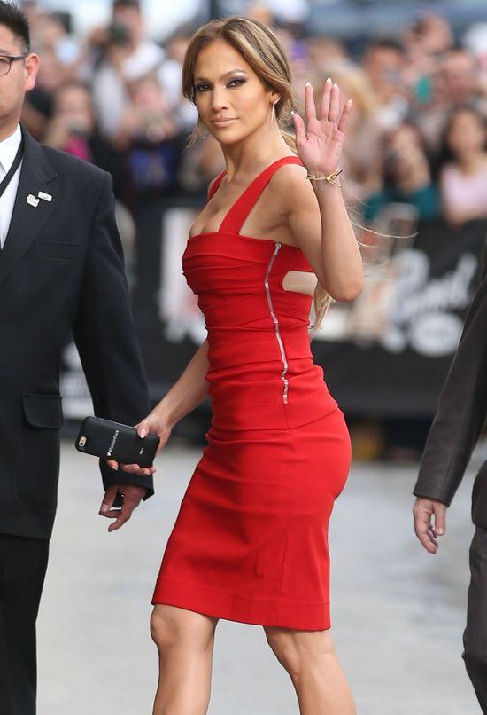 Jennifer Lopez wypływa z czerwonej sukienki (FOTO)