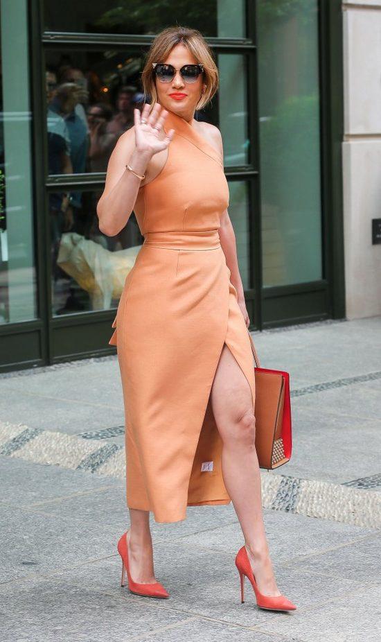 Zarzucają jej, że w tym wieku kobieta TAK się nie ubiera (FOTO)