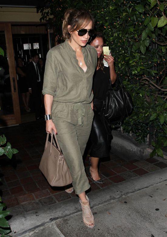 Jennifer Lopez i jej przyjaci�ka zrobi�y psikusa paparazzo