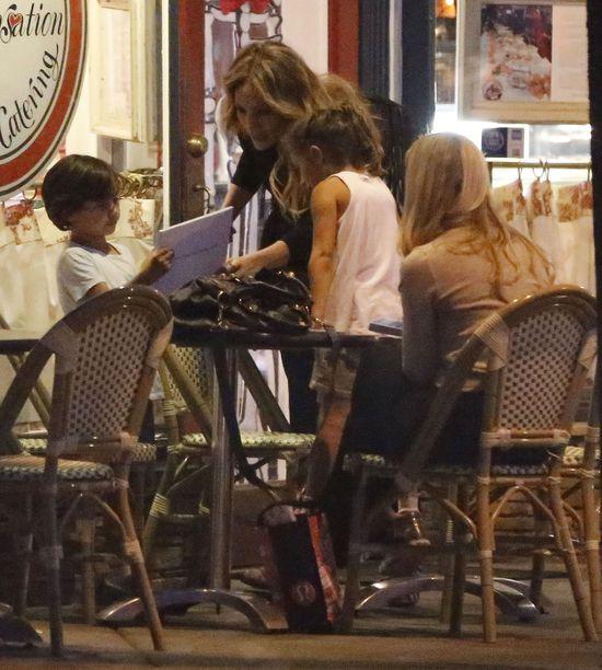 Co robi Jennifer Lopez po kolacji z dziećmi na mieście? FOTO