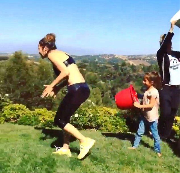 Jennifer Lopez w SPLASHU pomaga�y jej dzieci (VIDEO)