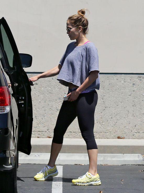 Jennifer Lopez pokazała brzuszek (FOTO)