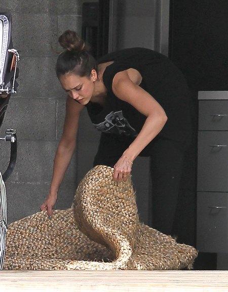 Jessica Alba - zakupy i sprzątanie biura (FOTO)