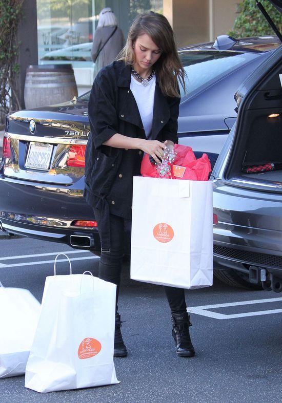 Jessica Alba z pomocnikiem na zakupach (FOTO)
