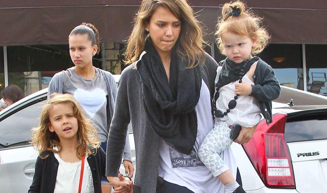 Jessica Alba z rodziną na śniadaniu i zakupach (FOTO)
