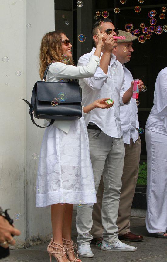 Jessica Alba w białej sukni na ślubie... swojej fryzjerki