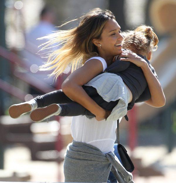Rodzinna fotka Jessiki Alby wywołała burzę (FOTO)