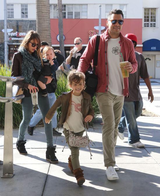 Jessica Alba z dzieciakami w Starbucks (FOTO)