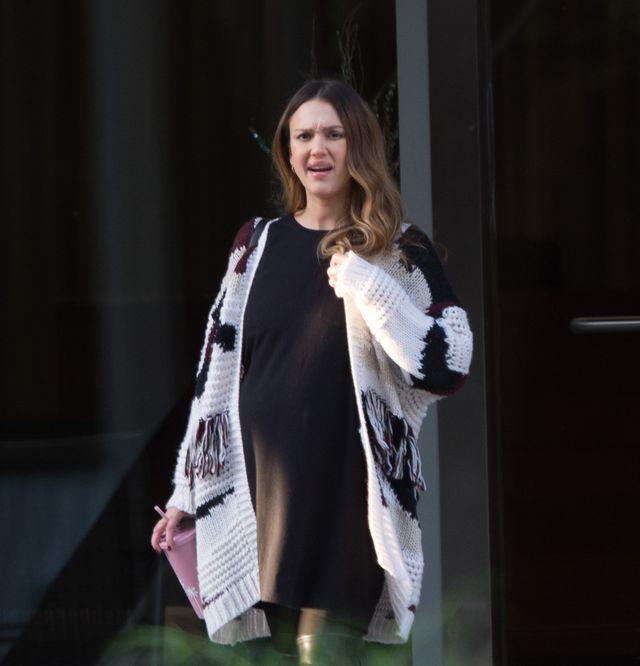 Jessica Alba z ogromnym brzuchem krzywi się na widok paparazzi (ZDJĘCIA)