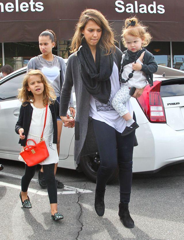 Jessica Alba z rodzina na śniadaniu i zakupach (FOTO)