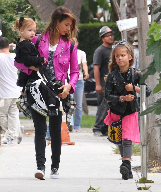 Jessica Alba bez makijażu na zakupach z córkami (FOTO)