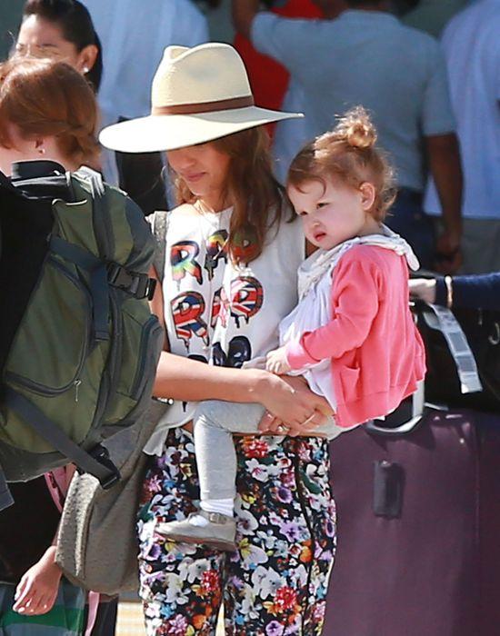 Jessica Alba modna nawet w podr�y? (FOTO)