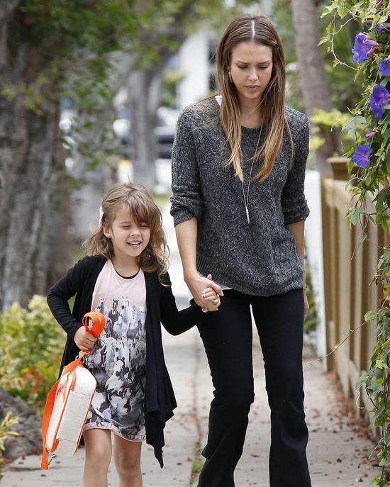 Jessica Alba z córeczką w drodze do szkoły (FOTO)