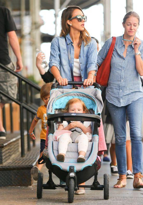 Jessica Alba na spacerze niczym na wybiegu (FOTO)