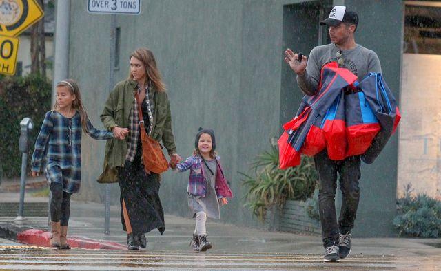 Dlaczego mąż Jessiki Alby ma nietęgą minę? (FOTO)