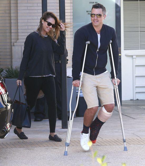 Nawet z nogą w gipsie towarzyszy żonie na zakupach (FOTO)