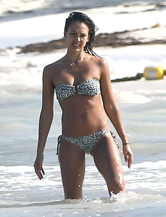 Jessica Alba przyłapana na urlopie ma się czym pochwalić!