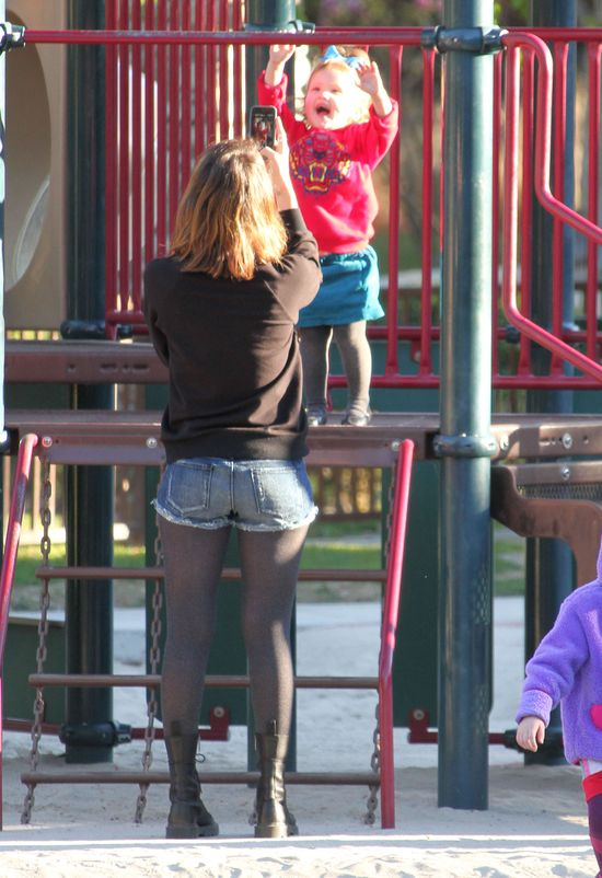 Jessica Alba pokazuje nogi na rodzinnym spacerze (FOTO)