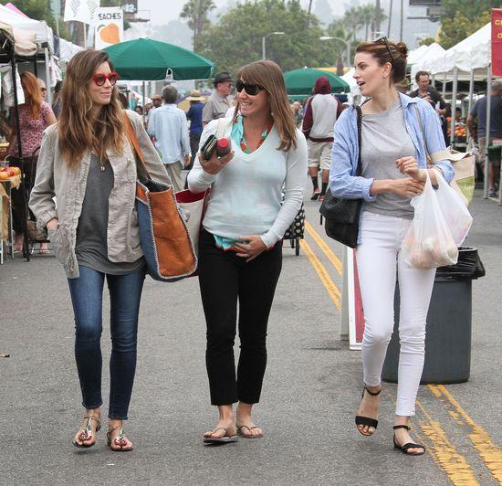 Jessica Biel robi zakupy na targu (FOTO)