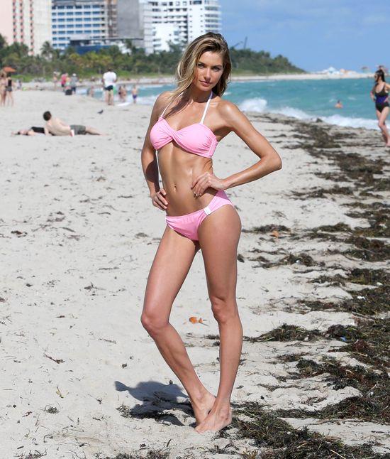 Jessica Hart w gorącej sesji na plaży (FOTO)