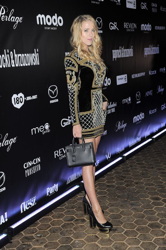 Jessica Mercedes w mundurku ofiary mody (FOTO)