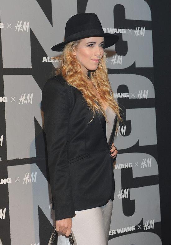 Jessica Mercedes uśmiecha się ze ścianki (FOTO)