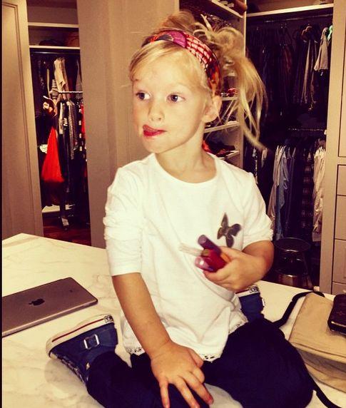 Kolejna znana mama robi make-up córeczce (FOTO)