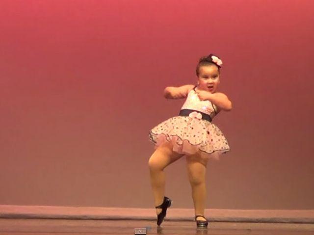 Taniec tej dziewczynki to ABSOLUTNY HIT!