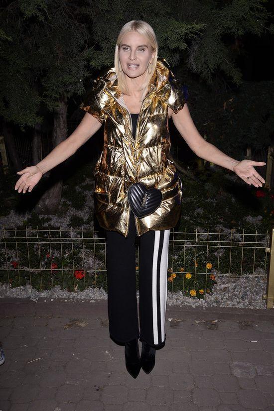 Spodnie z paskami i złota, pikowana kamizelka. Najgorsza kreacja na pokazie!