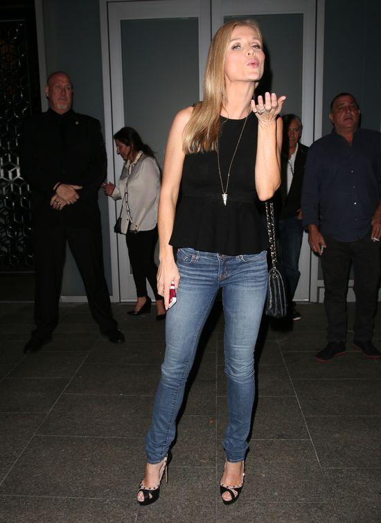 Joanna Krupa pozuje przed restauracj� w LA (FOTO)