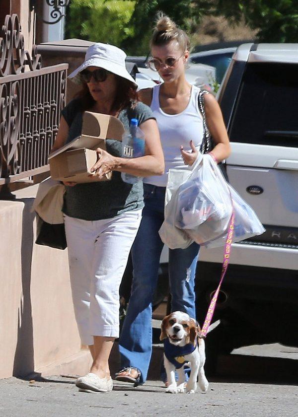 Joanna Krupa z siatkami wraca od weterynarza z chorym psem (FOTO)