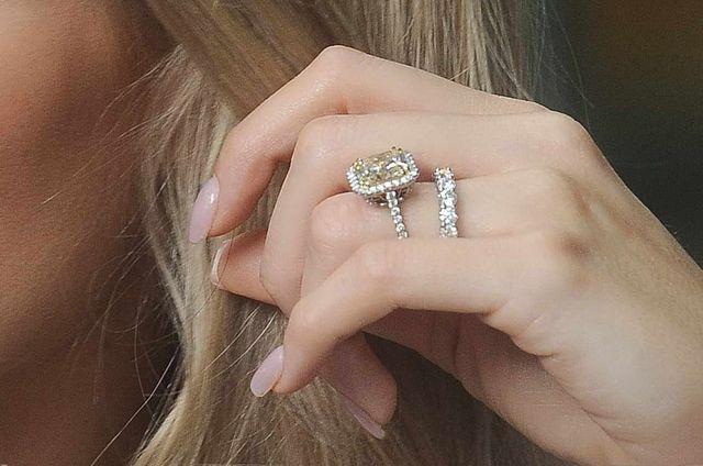 Joanna Krupa chwali się pierścionkiem i obrączką (FOTO)