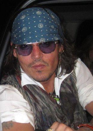 Opalony Johnny Depp w pirackim stylu (FOTO)