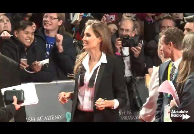Angelina Jolie w garniturze na czerwonym dywanie BAFTA 2014