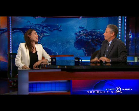 Angelina Jolie kokietuje dziennikarza [VIDEO]