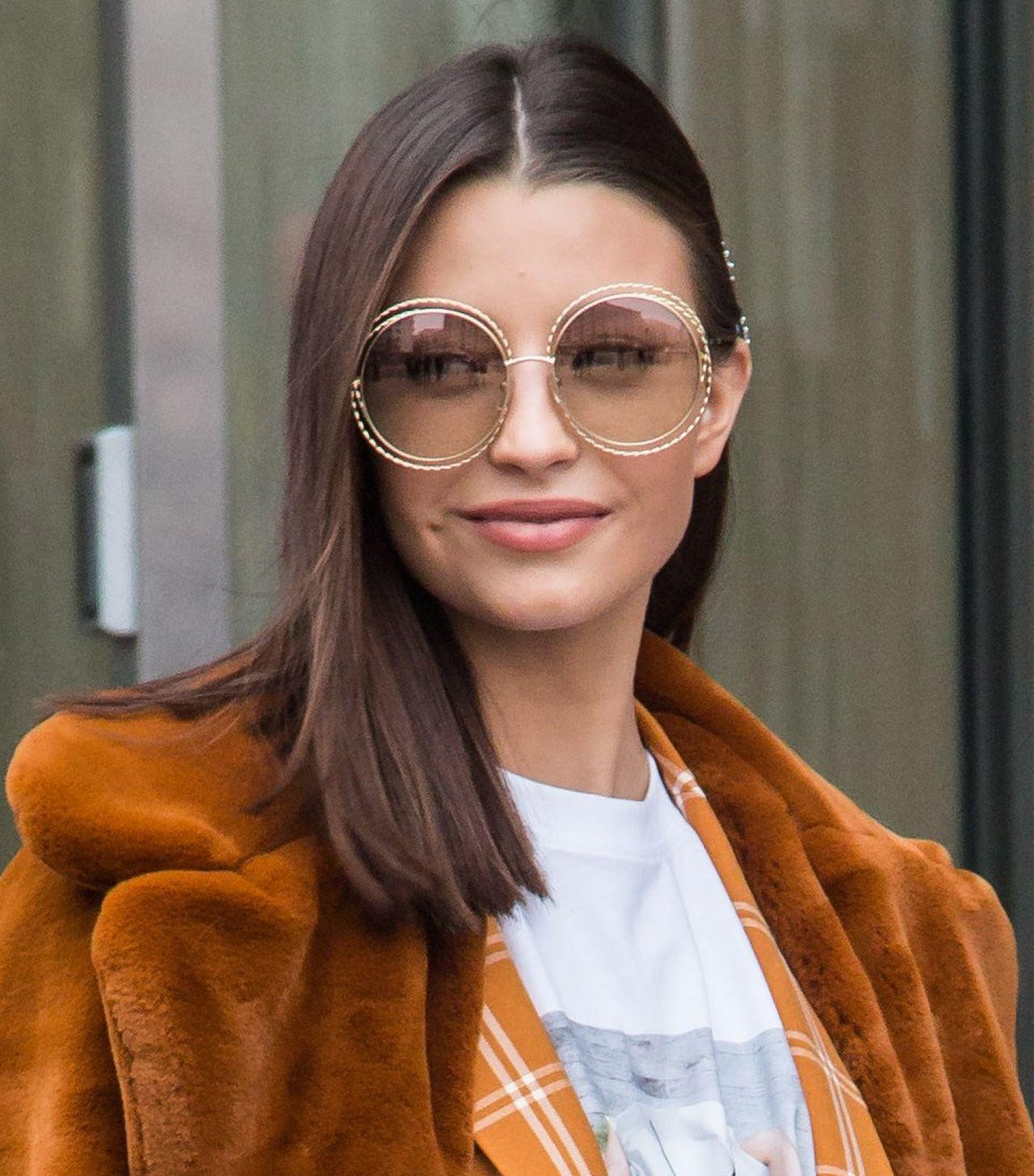 Julia Wieniawa w białych botkach, okularach Diora i w sztucznym futerku ZDJĘCIA