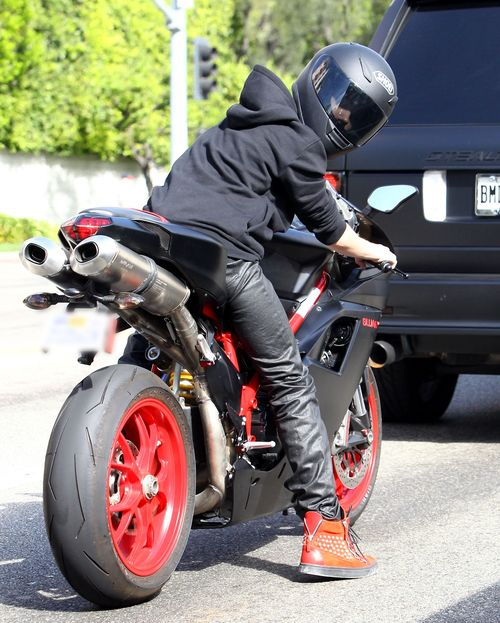Justin Bieber wypróbowuje nową zabawkę (FOTO)
