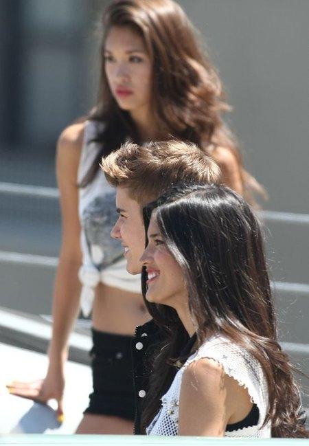 Justin Bieber wśrós ślicznych dziewczyn (FOTO)