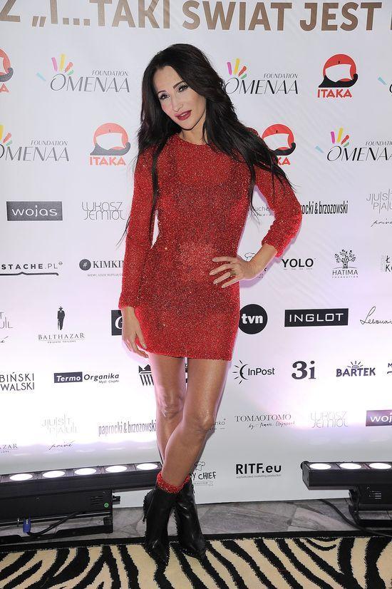 OMG! Za�o�y�a czerwone skarpetki do czerwonej mini! (FOTO)
