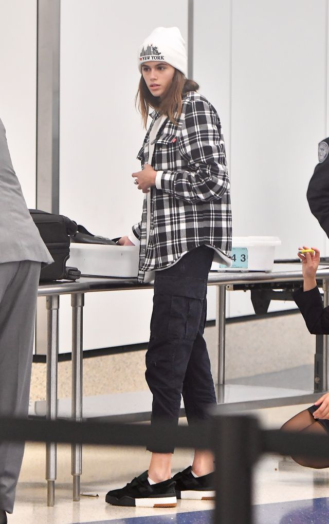 Kaia Gerber z worami pod oczami na lotnisku