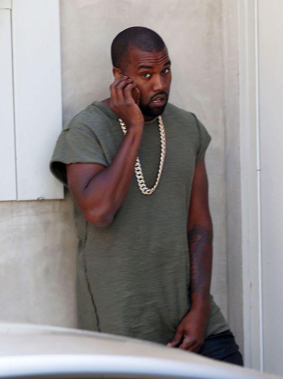 Fan pomachał do Kanye Westa protezą nogi!