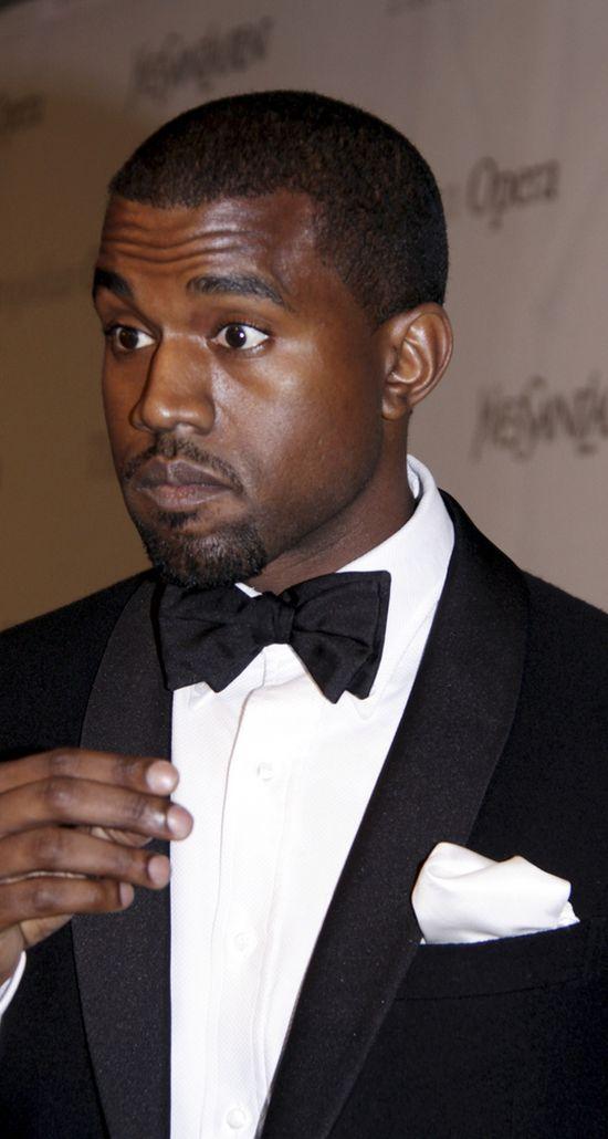 Kanye West tłumaczy się z palca w odbycie