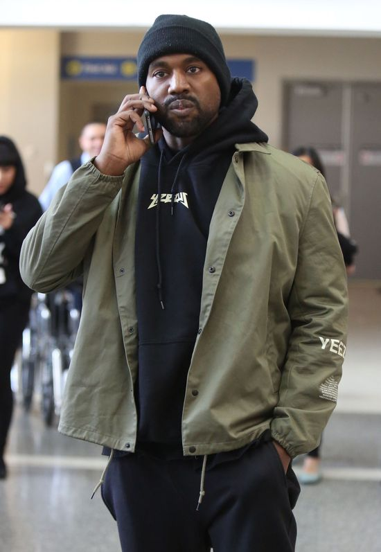 Koczują pod sklepem za trampkami Kanye Westa