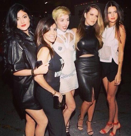 Klan Kardashianek pozuje z Miley Cyrus (FOTO)
