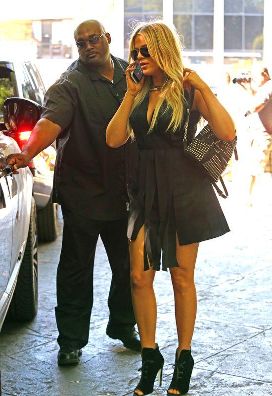Zmęczona Kourtney i roznegliżowana Khloe Kardashian(FOTO)