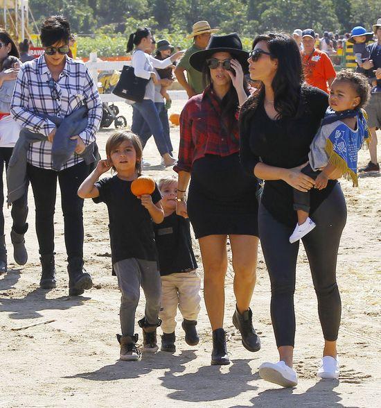 Klan Kardashianów wybiera dynie (FOTO)