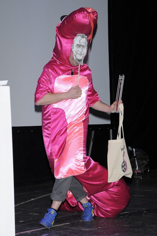 Tomasz Karolak na golasa biega po scenie (FOTO)